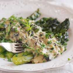 Asparagus with creamy crambled eggs