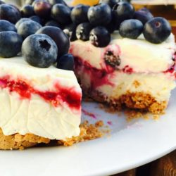 Amaretti and berries cheesecake